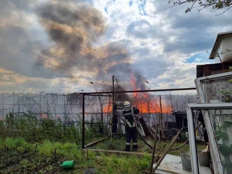 С пожаром в Днепровском районе боролись 12 спасателей