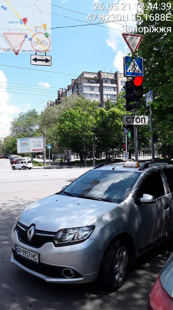 Таксисты продолжают нарушать ПДД на пешеходных переходах