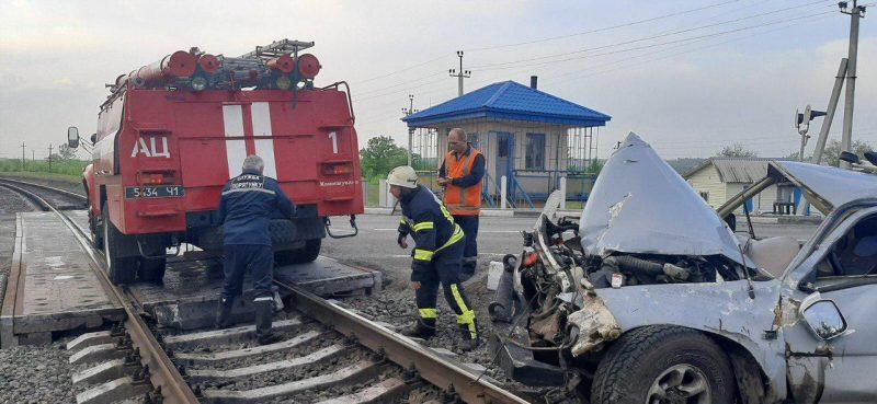 В Запорожской области на железнодорожном переезде перевернулся автомобиль
