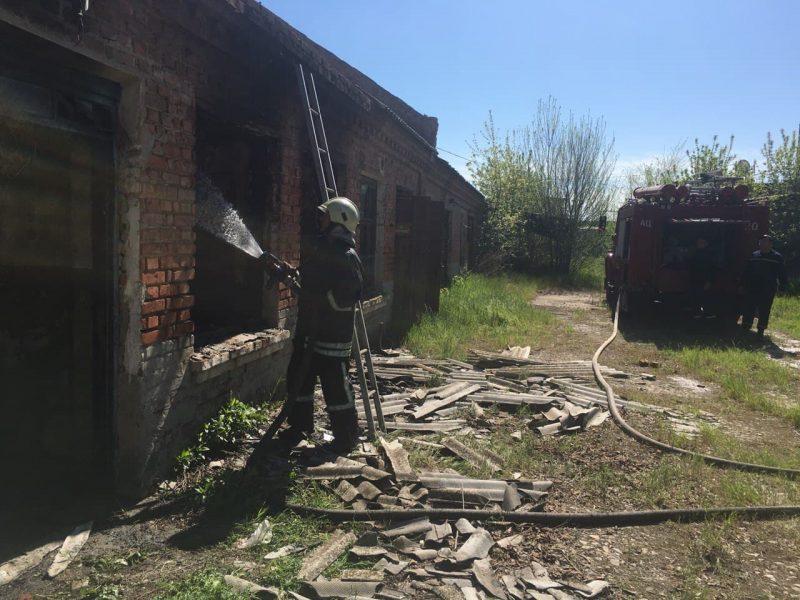 В Орехове загорелся одноэтажный заброшенный дом