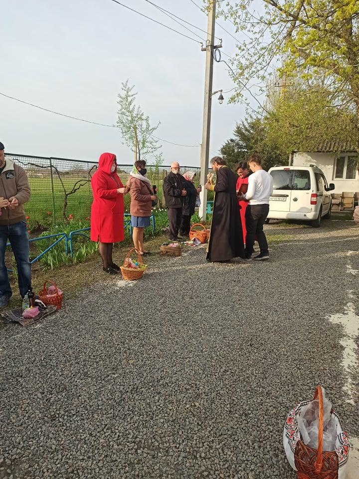 В селе Терпенье паски с раннего утра освящали во дворе церкви