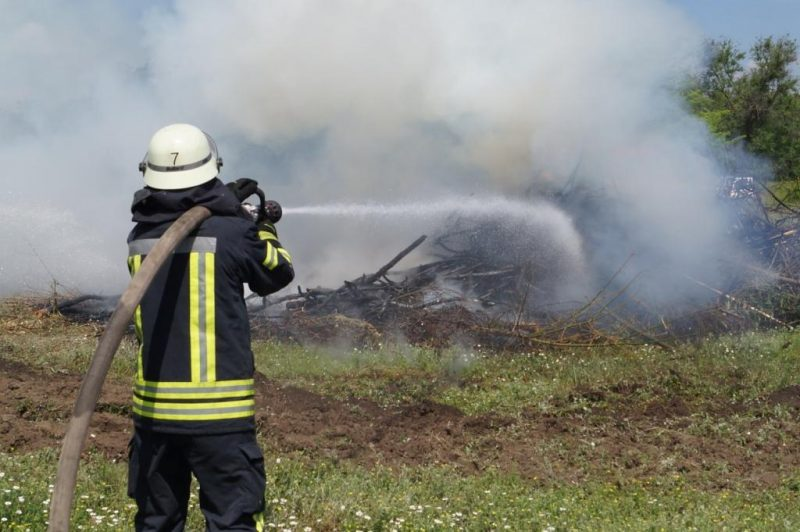 спасатели тренировались побеждать огненную стихию