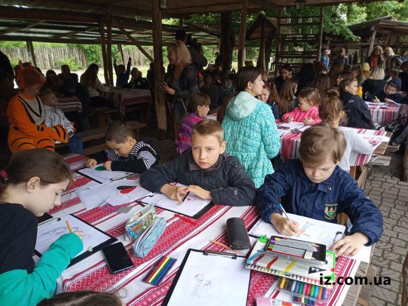 Дети собрались рисовать