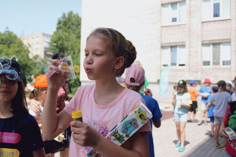 Для запорізької малечі з пришкільних таборів влаштували веселу естафету