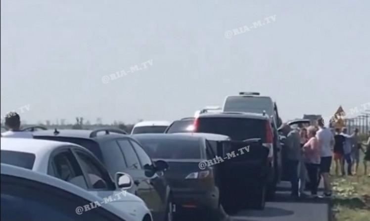 У Запорізькій області автівки застрягли у величезних заторах по дорозі на море