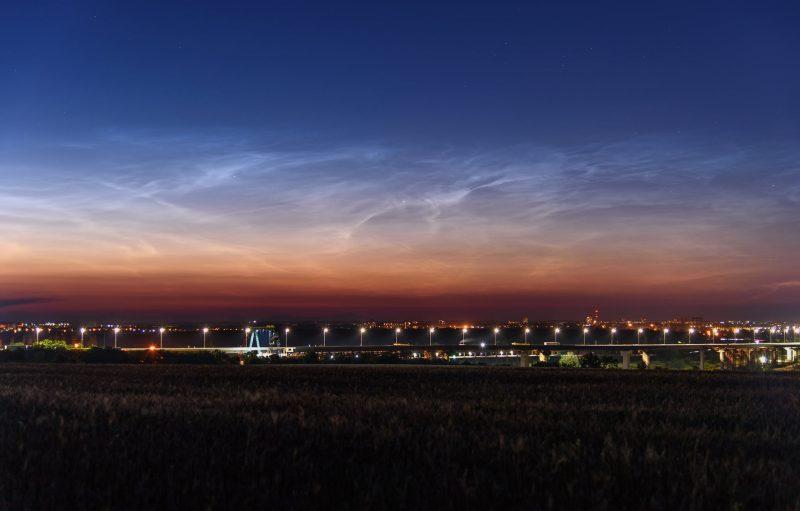 Над Запорожье запечатлели редкие серебристые облака - фото