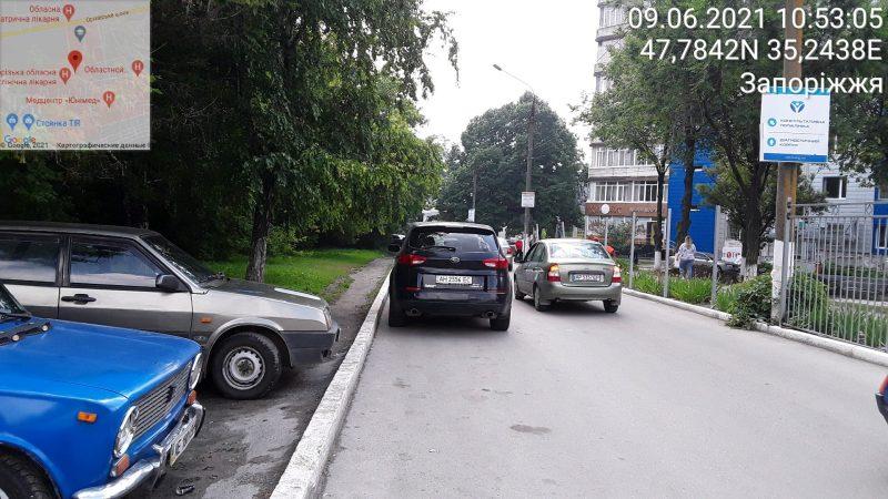 Не правильно припаркованные автомобили возле запорожской больницы мешают проезду скоройпомощи