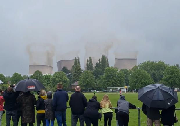 Посреди футбольного матча в Рагли взорвали электростанцию. Фото: twitter.com/Urban_Pictures