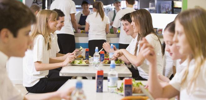Один із авторів нових норм харчування у школах детально пояснив, що зміниться в меню дітей - Фото