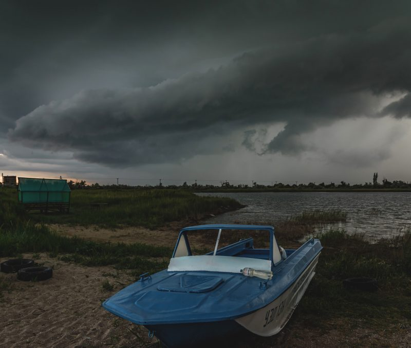 Густые тучи и радуга на фоне малинового неба: как выглядит Бердянск в дождливый день