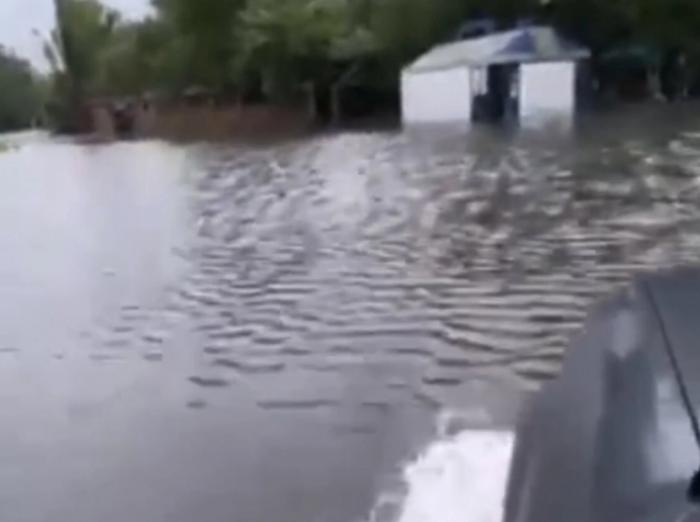 "В Мелитополе после дождя ""затонула"" заправка (ВИДЕО)"