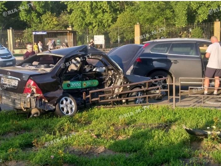 В Мелитополе в ДТП попал таксист: есть пострадавшие (ФОТО-ВИДЕО)