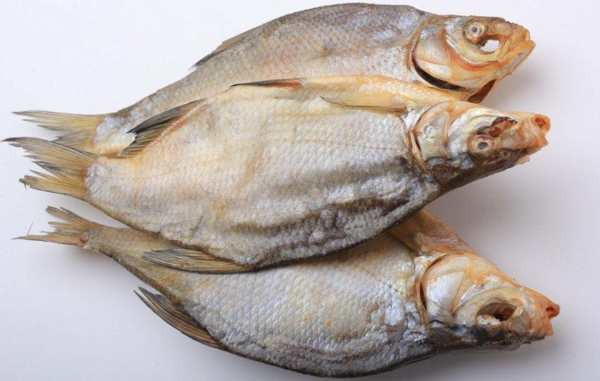 В Запорожье пара попала в реанимацию после употребления сухой рыбы