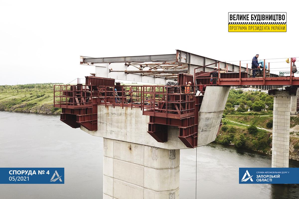В Запорожье проходит надвижка основы моста через Старый Днепр (ФОТО)