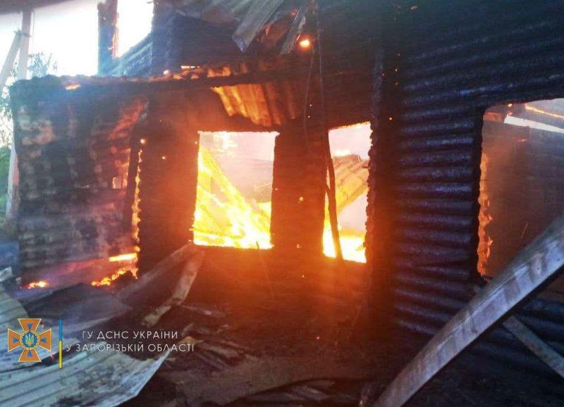 Пожар в деревянном доме тушили 22 спасателя и 6 спецавтомобилей