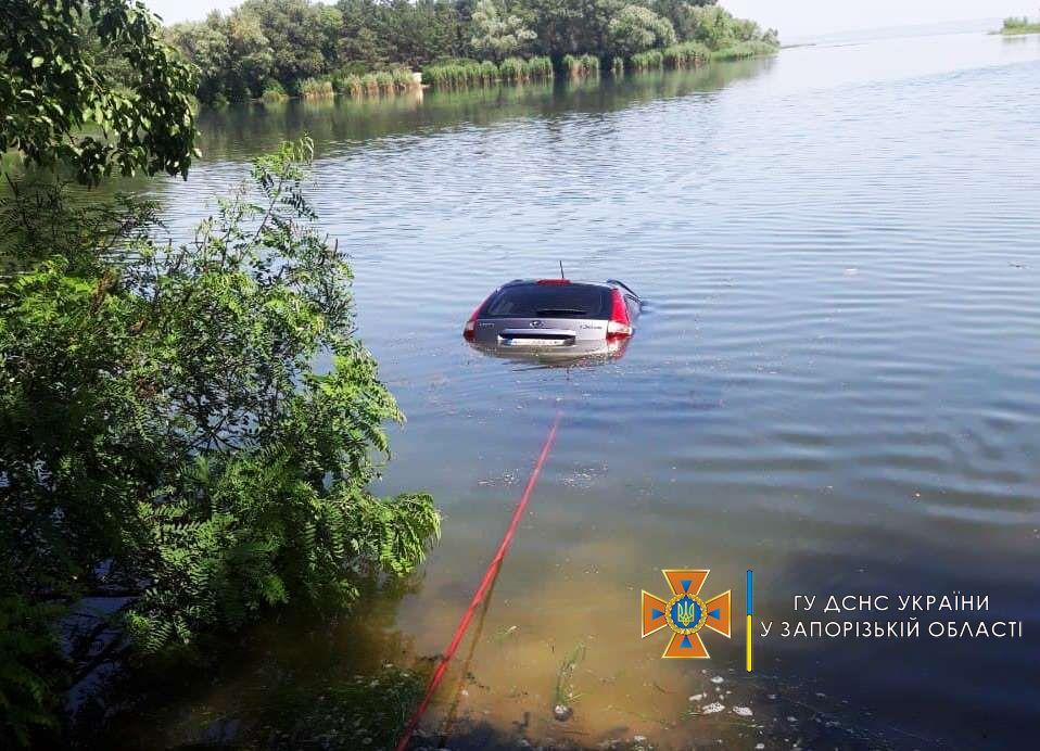 В Запорожской области автомобиль скатился в реку: подробности (ФОТО)