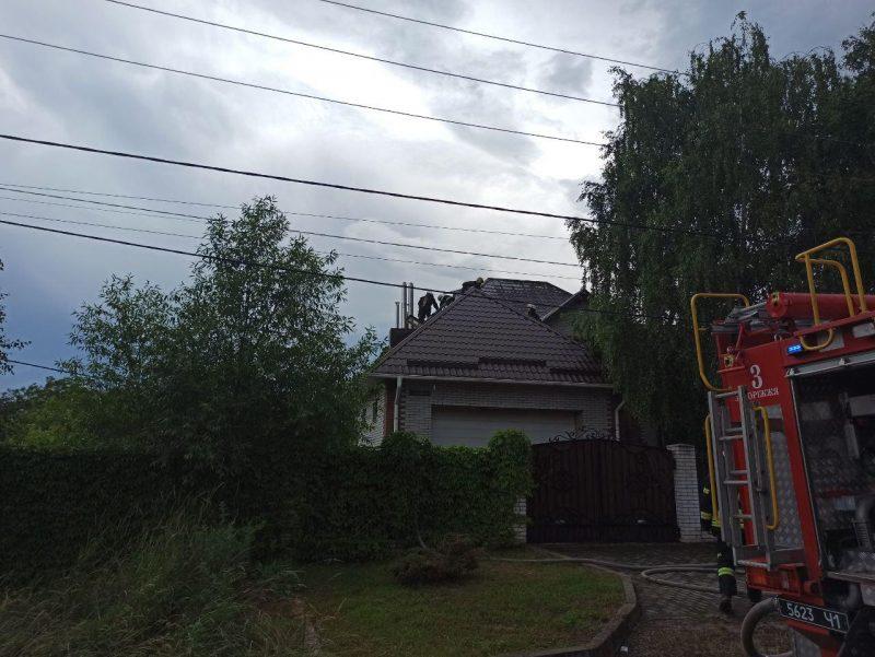 из-за молнии загорелся дом
