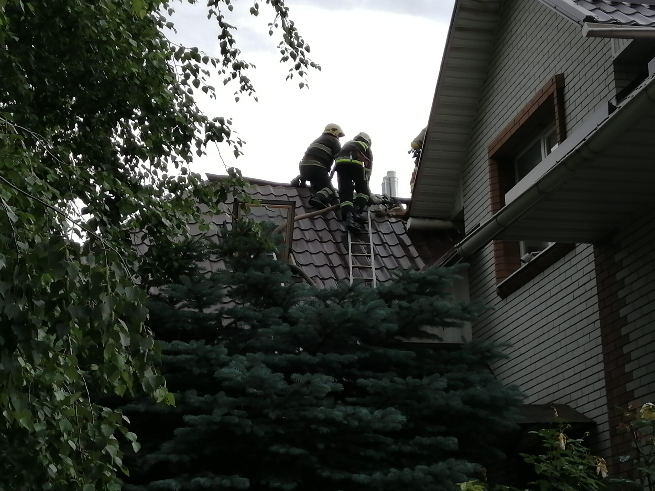 В Запорожской области из-за удара молнии загорелся дом: подробности и ФОТО