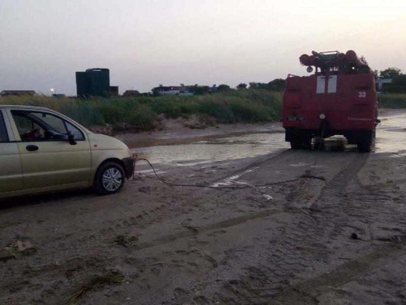 спасатели всю ночь вызволяли людей от разбушевавшейся морской стихии