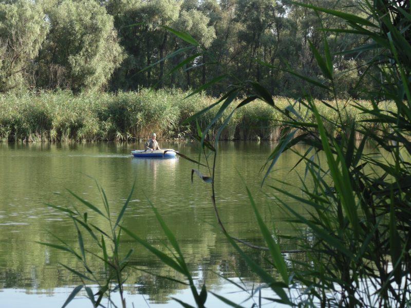В селе Великая Знаменка на рыбалке спуску карасям не дает местный дед Щукарь