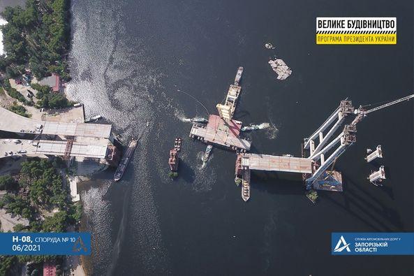 «Zakhariy» вернулся: в Запорожье прошел важный этап на строительстве мостов (ФОТО)