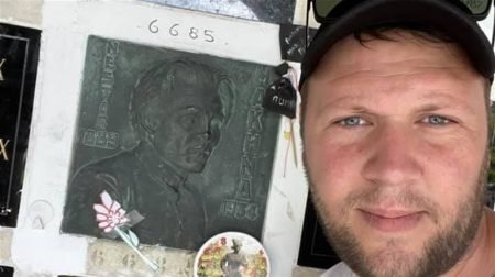 Житель Гуляйполя побывал на кладбище во Франции, где покоится прах земляка Нестора Махно