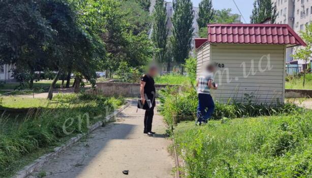Громко косил траву: в Энергодаре мужчине выстрелили в голову (ФОТО-ВИДЕО)