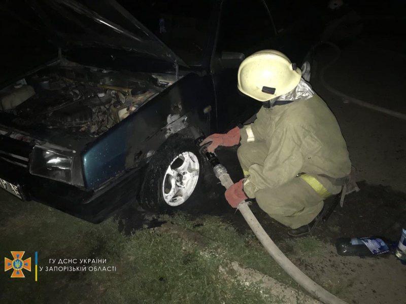 В Запорожской области спасатели тушили загоревшийся автомобиль