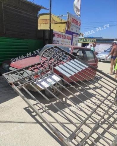 В Кирилловке пьяный водитель протаранил ворота на пляж (ФОТОФАКТ)