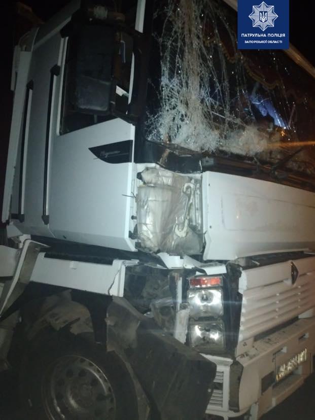В Запорожье грузовик въехал в электроопору
