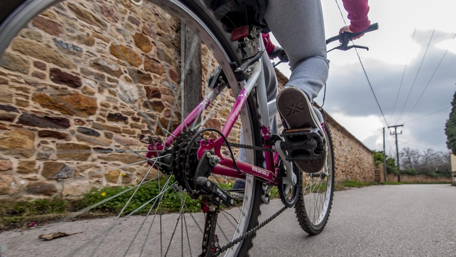 В Запорожье курьер на велосипеде едва не угодил под колеса автомобиля (ВИДЕО)