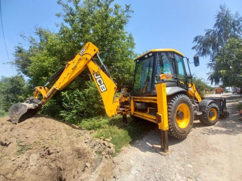 В Коммунарском районе продолжается замена старого водопровода