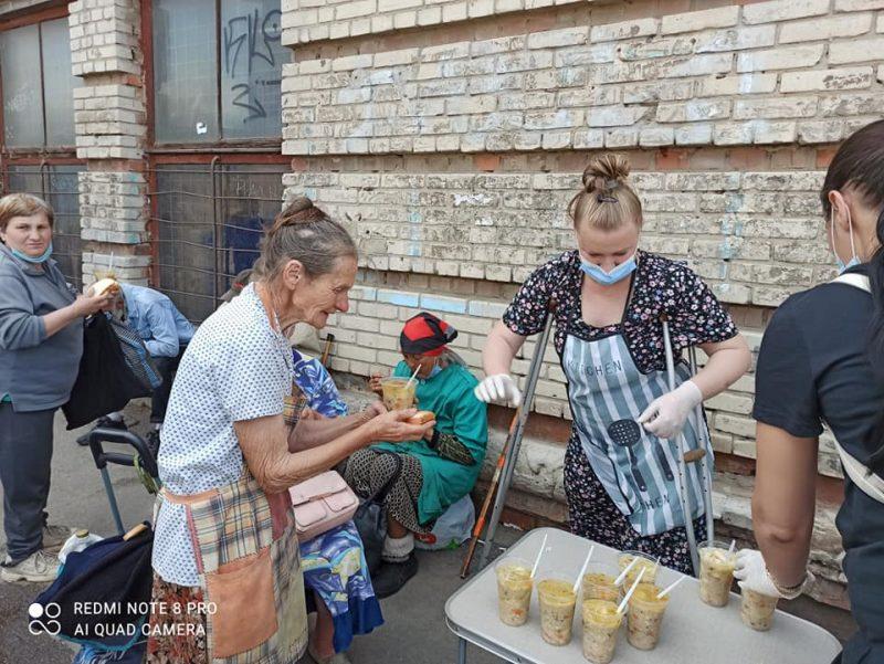 """Бесплатные обеды развозят нуждающимся и раздают околожелезнодорожного вокзала """"Запорожье-1"""""""