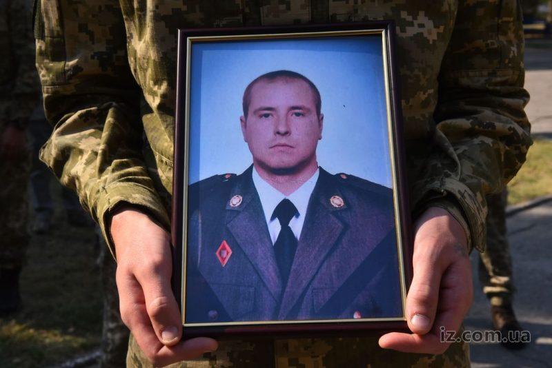 Во время артобстрела на Донбассе разведчик получил несовместимые с жизнью ранения