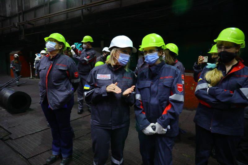 """Школярок з різних куточків України вразили масштаби виробництва на комбінаті """"Запоріжсталь"""""""