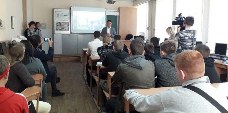 Віталій Тишечко з учнями ліцею