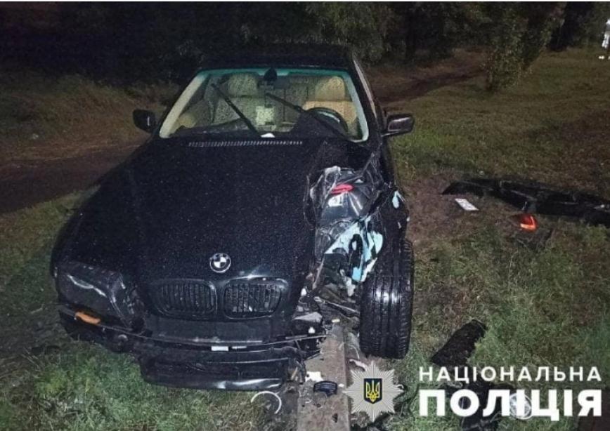 В Бердянске водитель легковушки возле заправки протаранил столб (ФОТО)