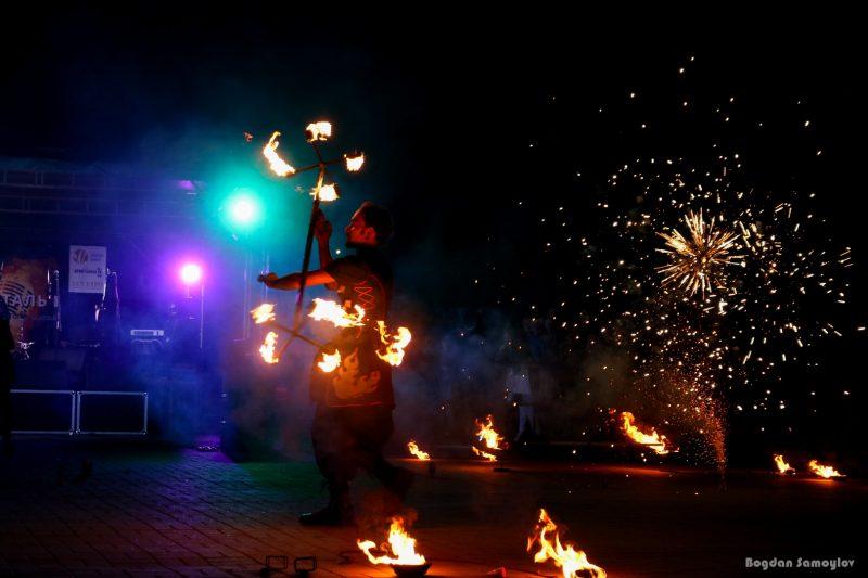 В Запорожье показали зрелищное огненное шоу - фото