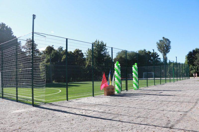 На стадионе прошел первый товарищеский матч по футболу между школьниками.