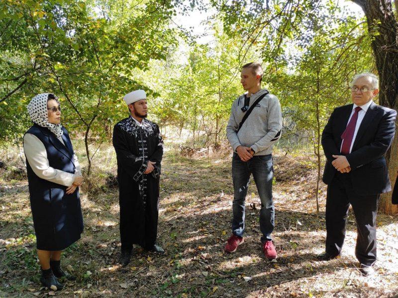 Ляззат Ережепова привезла из Казахстана полынь и родную землю на место гибели своего деда