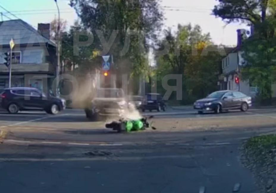 В центре Запорожья легковушка снесла мотоциклиста на перекрестке (ВИДЕО)
