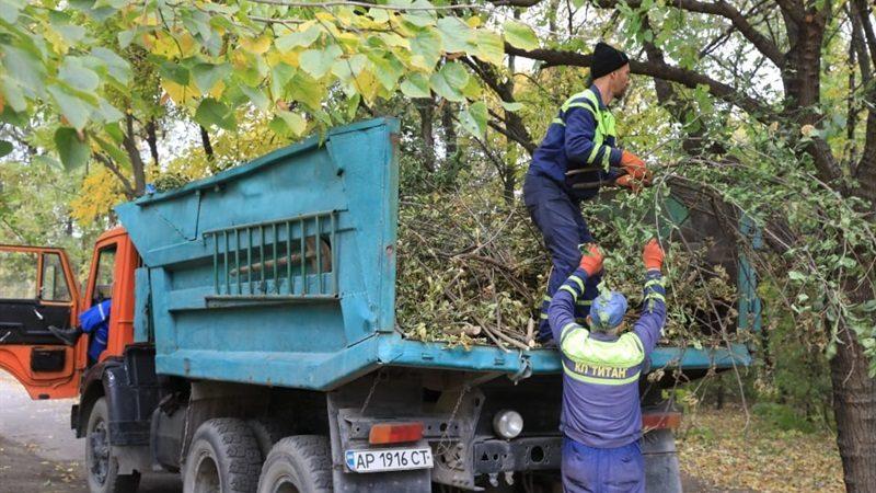 Запорожские коммунальщики навели порядок в парке Победы