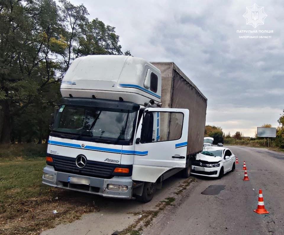 Запорожанка за рулем иномарки влетела в припаркованный грузовик (ФОТО)