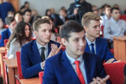 400-zaporozhskih-studentov-poluchili-svoi-pervye-imennye-stipendii-ot-metinvesta.jpg