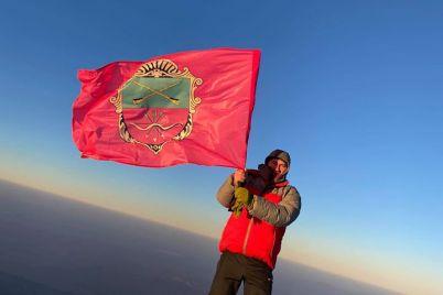 5-tisyach-metriv-nad-zemleyu-na-gori-ararat-rozgornuli-zaporizkij-prapor.jpg
