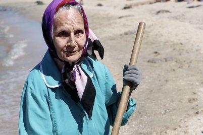 75-letnyaya-babushka-pytaetsya-spasti-azovskij-kurort-ot-nashestviya-meduz-foto.jpg