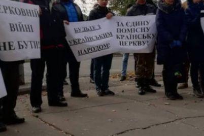 aktivistyi-proveli-piket-pod-stenami-zaporozhskoy-eparhii-upts-moskovskogo-patriarhata-1.jpg