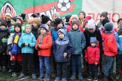 avtografy-selfi-i-podarki-malenkie-zaporozhskie-futbolisty-vstretilis-s-trenerami-shahtera-foto.jpg