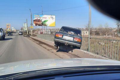 avtomobil-povis-nad-mostom-otbojnik-stal-spaseniem-dlya-voditelya-v-zaporozhskoj-oblasti-foto.jpg