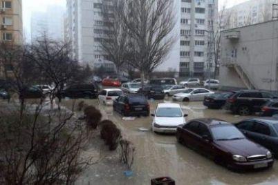 avtomobili-plavayut-v-kieve-zatopilo-dvor-zhilogo-doma.jpg